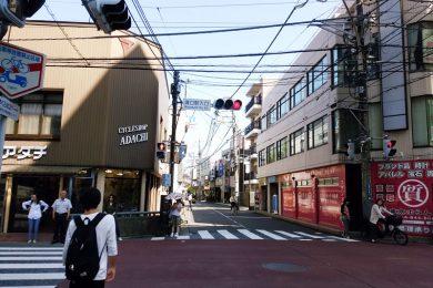 「溝の口駅入口」の信号(自転車屋さん)が見えたら、右の方向へ渡ります。
