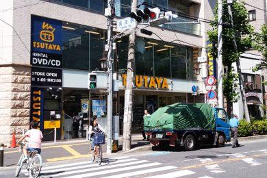 TSUTAYAのほうへ渡り、前を通り過ぎてそのまままっすぐ進みます。