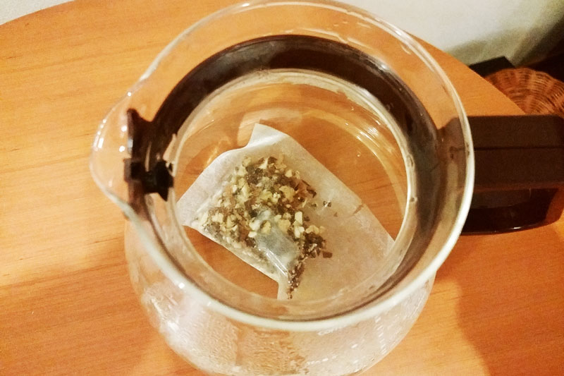 お水の入った耐熱ポットの中に入れます。(250~300ml)